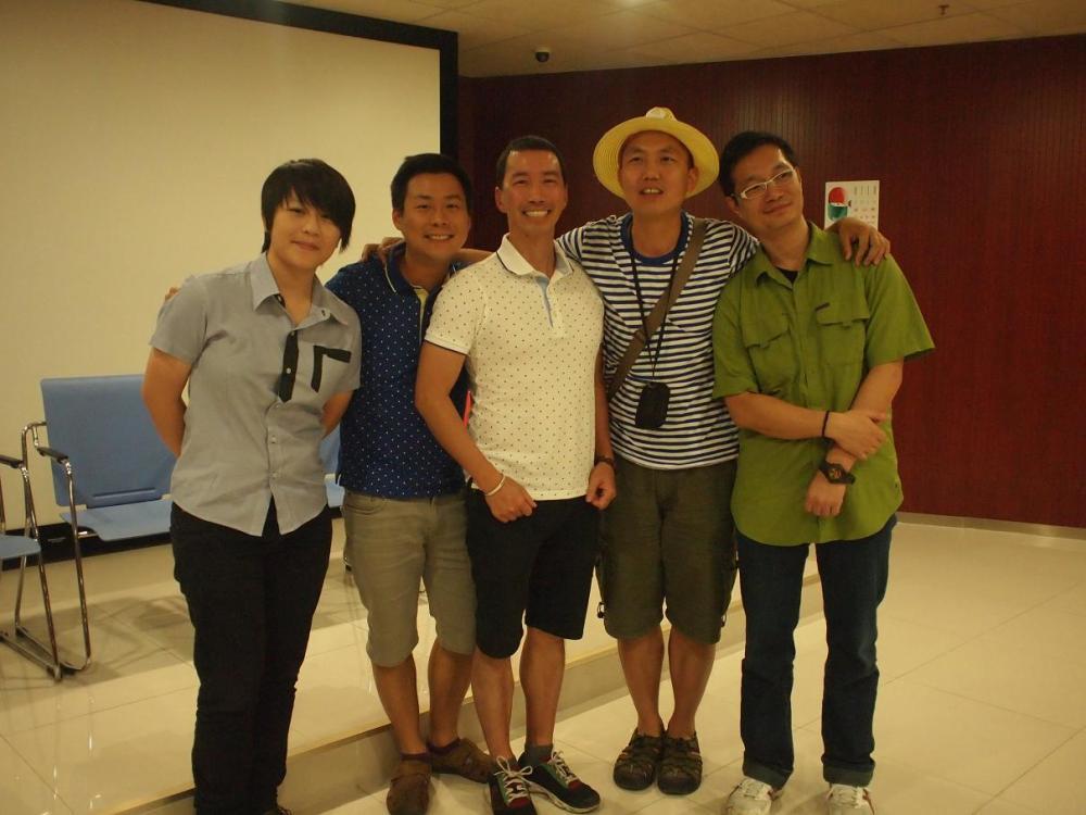 (左起)來自澳門《櫃裡孩》導演徐欣羡、Henry和Guy、《小岳同志》導演岳建波和《異路同途》導演翁志文於映後座談會後合影。